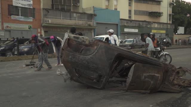 vidéos et rushes de clear up on streets of caracas after anti government protests - aménagement de l'espace