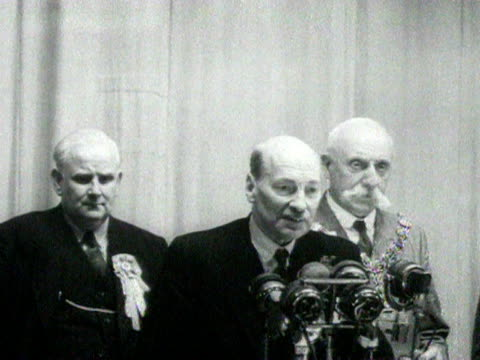 clement attlee at walthamstow town hall gives a speech to the crowds after retaining his seat during the 1951 general election. 25 october 1951. - rathaus stock-videos und b-roll-filmmaterial