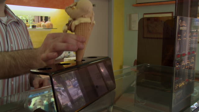 cu pan ms clerk giving ice cream cones to couple at ice cream parlor counter / berlin, germany - einzelne frau mit männergruppe stock-videos und b-roll-filmmaterial