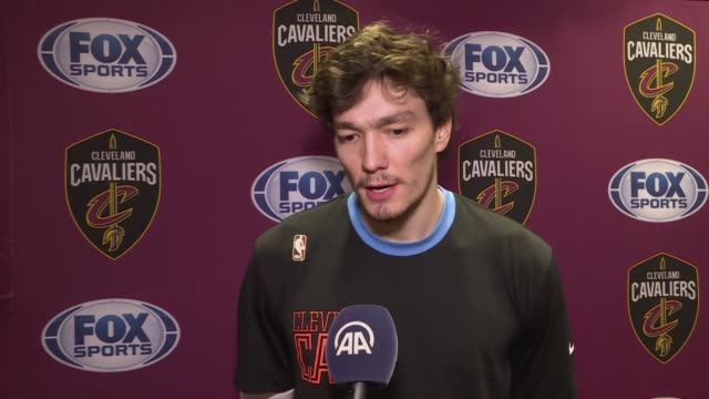 vídeos de stock, filmes e b-roll de cleveland cavaliers' turkish international cedi osman speaks in an interview on campaign for quake-hit eastern turkey prior to a match between new... - chicago 'l'