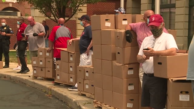 cleveland, oh, u.s. - people in cars receiving boxes of food. free fresh produce and free cotton masks were distributed along with census information... - 国勢調査点の映像素材/bロール