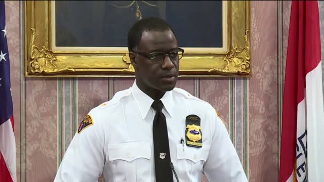 wjw cleveland police chief calvin williams spoke at a press conference after facebook murder suspect steve stephens was found dead of a selfinflicted... - 警察署長点の映像素材/bロール