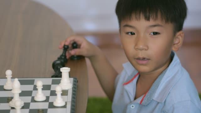賢い少年 - 余暇 ゲームナイト点の映像素材/bロール