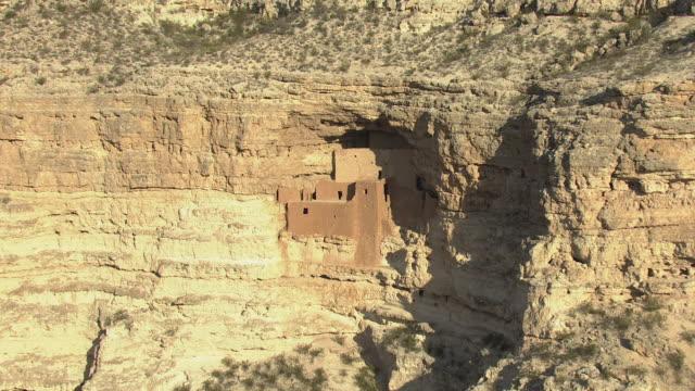 vídeos y material grabado en eventos de stock de ws aerial zi cliff dwellings at montezuma castle national monument / arizona, united states - monumento nacional