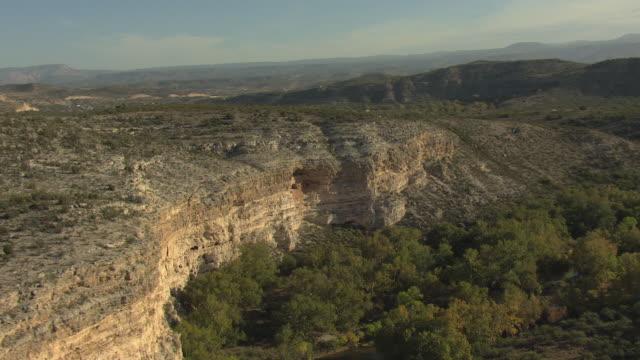 vídeos y material grabado en eventos de stock de ws aerial cliff dwellings at montezuma castle national monument / arizona, united states - monumento nacional