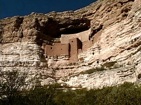 vídeos y material grabado en eventos de stock de cliff dwellings, zoom-in - vivienda en roca