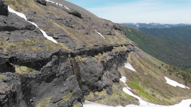 vídeos y material grabado en eventos de stock de acantilado en el volcán sierra nevada en el parque nacional conguillio - the nature conservancy