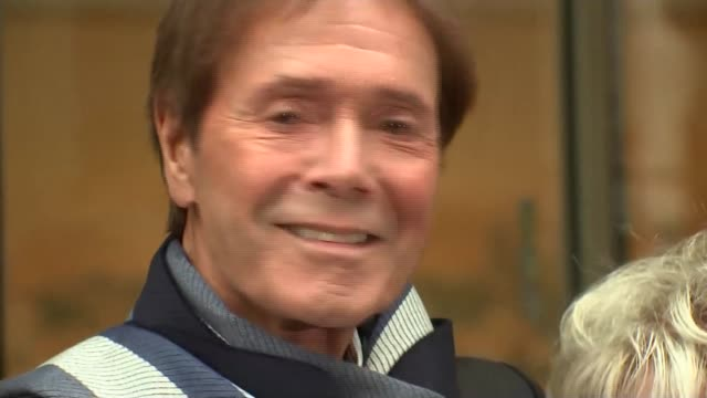 cliff richard criticises bbc over raid footage; england: london: high court: rolls buildings: ext sir cliff richard leaving court building and posing... - グロリア ハニフォード点の映像素材/bロール