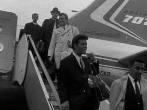 stockvideo's en b-roll-footage met cliff richard returns to london following his tour of south africa with the shadows - popmuziek tournee