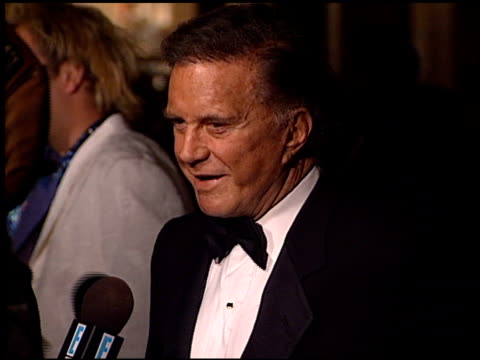 stockvideo's en b-roll-footage met cliff robertson at the 1998 producers guild of america awards at the beverly hilton in beverly hills california on march 3 1998 - producers guild of america