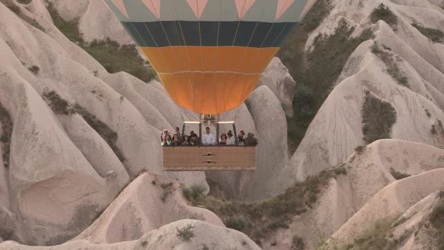 vídeos de stock, filmes e b-roll de cliffs and balloons, cappadocia, turkey - capadócia