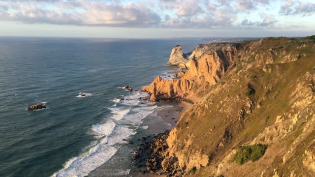 vídeos de stock e filmes b-roll de cliffs at cabo da roca, sintra, portugal - cabo
