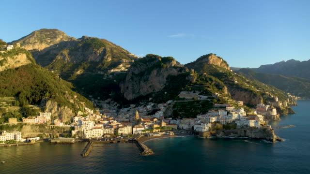 vídeos de stock e filmes b-roll de cliffside houses and harbour, amalfi, amalfi coast, italy - cultura mediterrânica