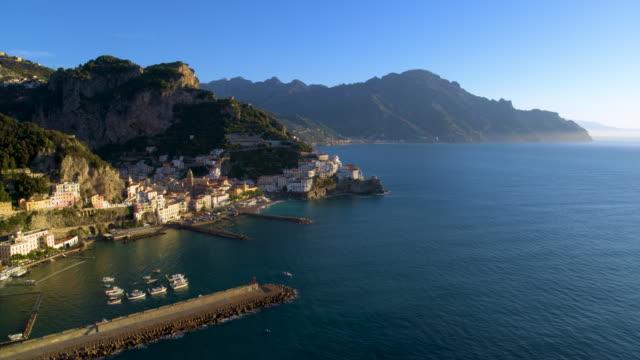cliffside houses and harbour, amalfi, amalfi coast, italy - mittelmeer stock-videos und b-roll-filmmaterial