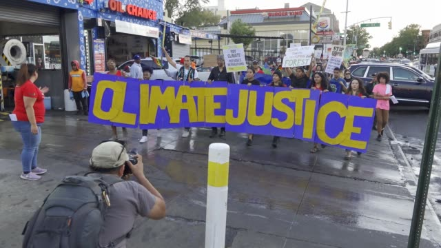 vidéos et rushes de climate change activist from 'earth strike nyc' march in sunset park brooklyn on the last day of climate strike week new york city. participants also... - défiler