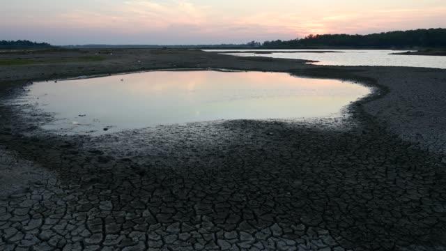 vídeos y material grabado en eventos de stock de climate change and drought land, water crisis and global warming - oficio agrícola