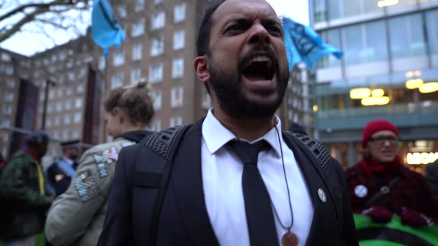 vidéos et rushes de slomo climate change protesters extinction rebellion protest outside the burberry fashion show during london fashion week february 2019 street style... - ming