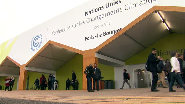 vídeos y material grabado en eventos de stock de climate conference underway in paris. shows exterior shots building for climate conference & people arriving. on december 01, 2015 in paris, france. - 2015