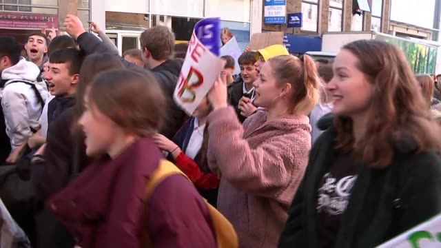 vídeos de stock e filmes b-roll de student protest in brighton / caroline lucas speech england east sussex brighton protesters gathered with placards / protester addressing others /... - east sussex