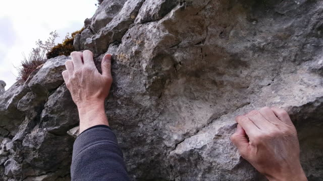 stockvideo's en b-roll-footage met klimmer boulderen op opknoping rock close-up - rotsklimmen