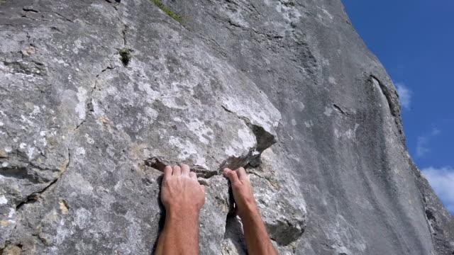 stockvideo's en b-roll-footage met klimmer grijpende crevice in de rotswand - crevice