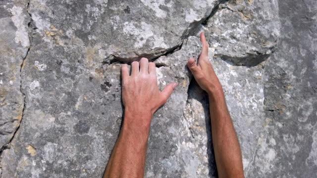 stockvideo's en b-roll-footage met klimmer aangrijpende spleet in de rock face - crevice