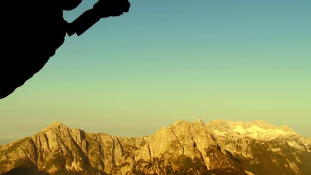 HD: Kletterer hängen auf einem Seil