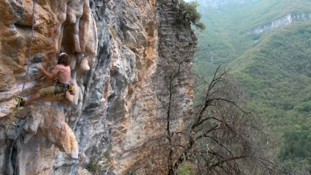climber in finale ligure cliffs, italy - free climbing stock videos & royalty-free footage