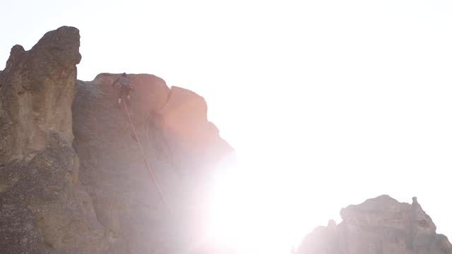 vídeos de stock e filmes b-roll de climber near top of rock in oregon at golden hour - outdoor pursuit