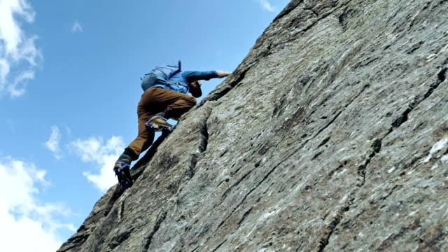 bergsteiger auf einer felswand. kaukasus-gebirge - kletterwand kletterausrüstung stock-videos und b-roll-filmmaterial
