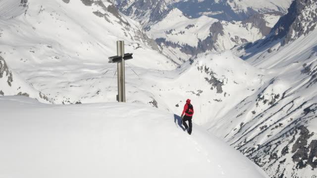 climber on mountain - bergstopp bildbanksvideor och videomaterial från bakom kulisserna