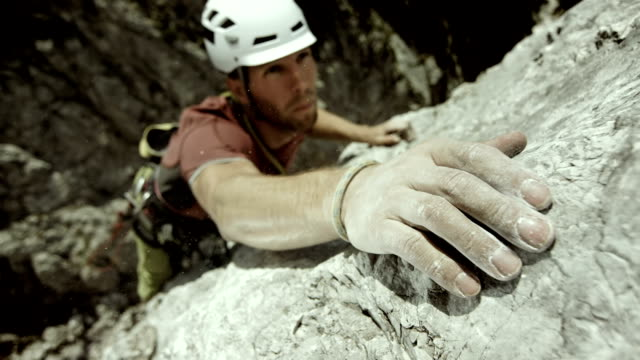 stockvideo's en b-roll-footage met hd: climber reaching for the next hold - inspanning