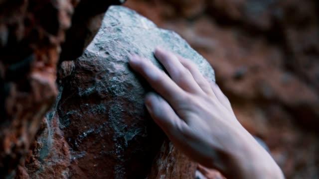 klättrare försöker klättra upp för berget - friklättring bildbanksvideor och videomaterial från bakom kulisserna