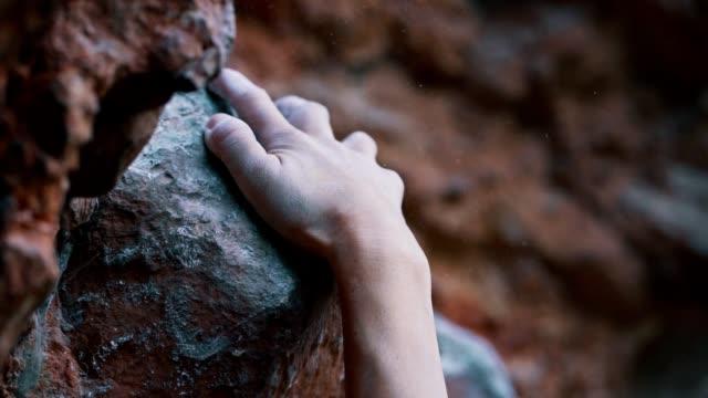 stockvideo's en b-roll-footage met klimmer die de rots probeert te beklimmen - vrij klimmen