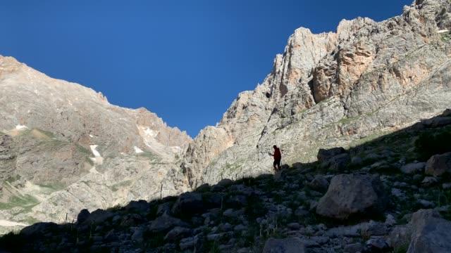 vídeos de stock e filmes b-roll de climber walks on bad terrain, aladag mountain, turkey - terreno inóspito