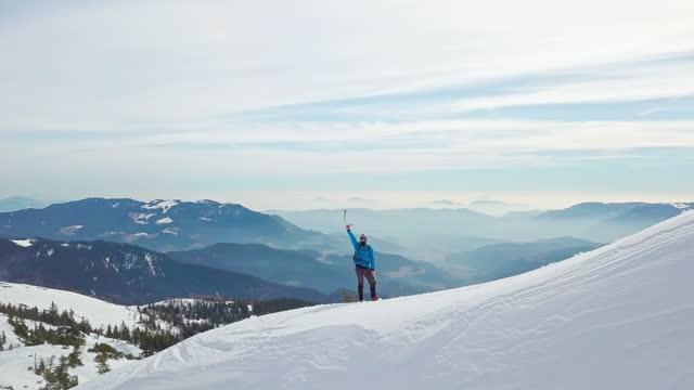 klättrare med isyxa firar på snöigt berg - mindre än 10 sekunder bildbanksvideor och videomaterial från bakom kulisserna