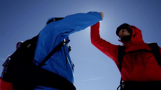 Aber Kletterer sind jubeln auf einem Berggipfel