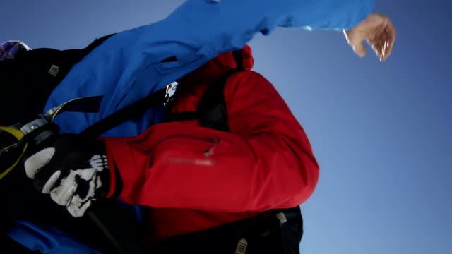 aber kletterer sind jubeln auf einem berggipfel - hände schütteln stock-videos und b-roll-filmmaterial