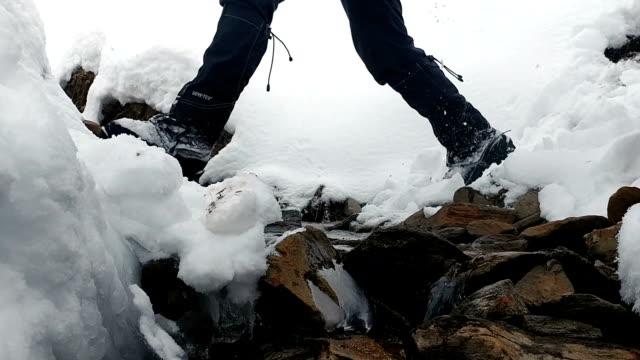 vidéos et rushes de les grimpeurs sautent au-dessus du ruisseau en saison hivernale. - roc