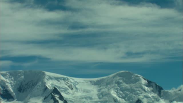 ws, td, climbers camp at snow-covered mountain foot, los glaciares national park, patagonia, argentine - okänt kön bildbanksvideor och videomaterial från bakom kulisserna