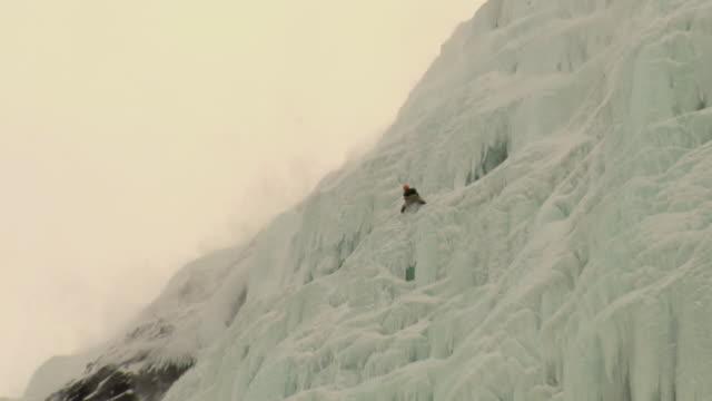 ws la zo climbers climbing ice wall, hemsedal, buskerud, norway - ambientazione video stock e b–roll