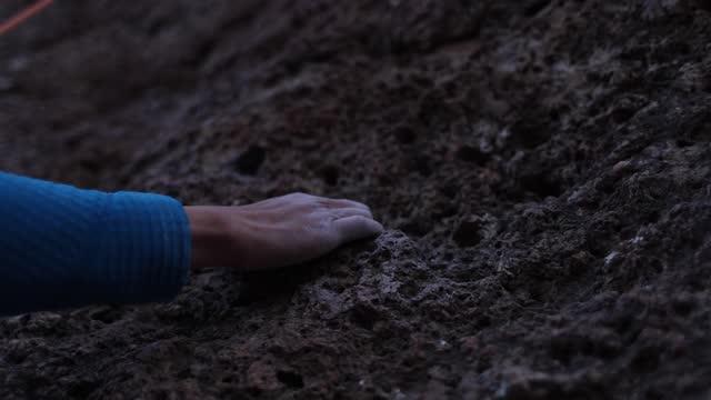 vídeos de stock e filmes b-roll de climber's hand moving to next hold on rough rock surface - outdoor pursuit