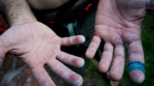 stockvideo's en b-roll-footage met de handen van de klimmer - vrij klimmen