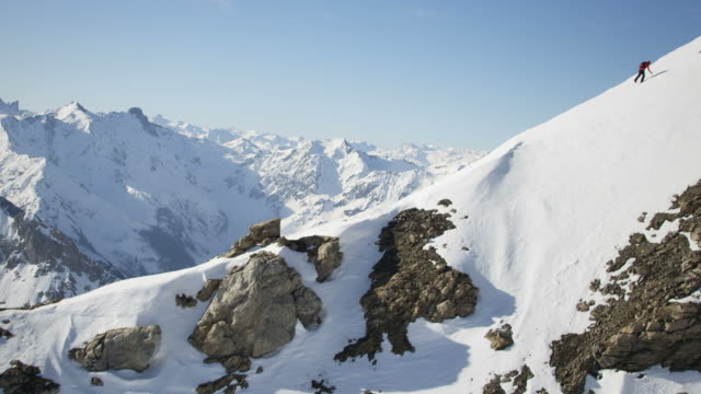climber su una montagna coperta di neve - alpinismo video stock e b–roll