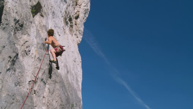 stockvideo's en b-roll-footage met hd crane: climbing a rock wall - rotsklimmen