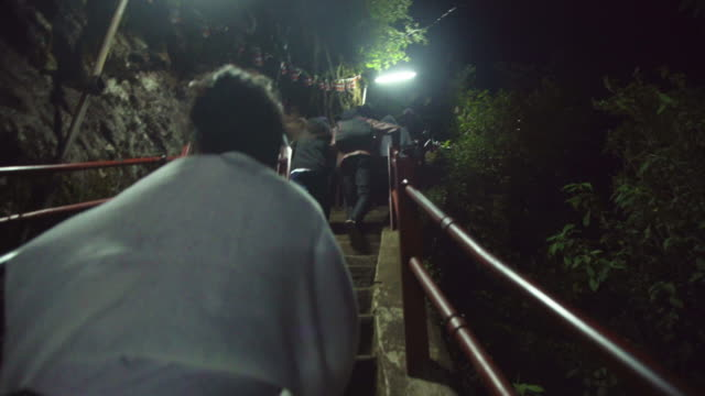 stockvideo's en b-roll-footage met climbing adam's peak sri pada stairs. sri lanka - gelovige