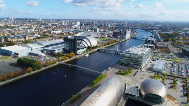 climbing aerial shot of glasgow and the river clyde - スコットランド点の映像素材/bロール