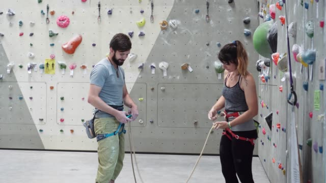 climbing coach giving instructions. - free climbing stock videos & royalty-free footage