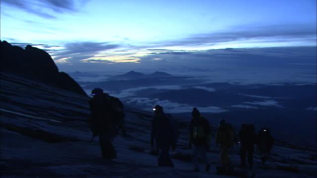 vidéos et rushes de climbing mount kinabalu at dawn in malaysia  - lampe frontale