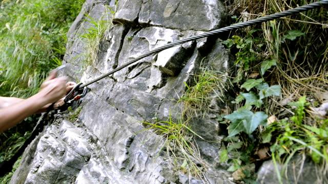 vídeos de stock, filmes e b-roll de escalada em uma via ferrata - gancho de alpinismo